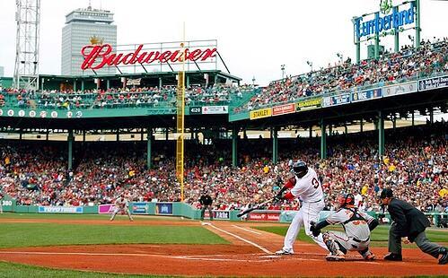 David Ortiz de los Boston Red Sox bateando desde el plato en Fenway Park