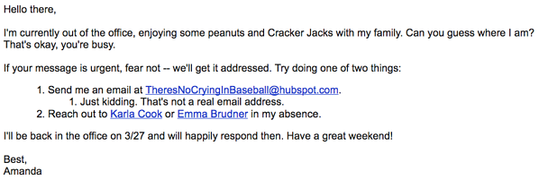 Respuesta automática con adivinanza que describe que el remitente está en un juego de béisbol