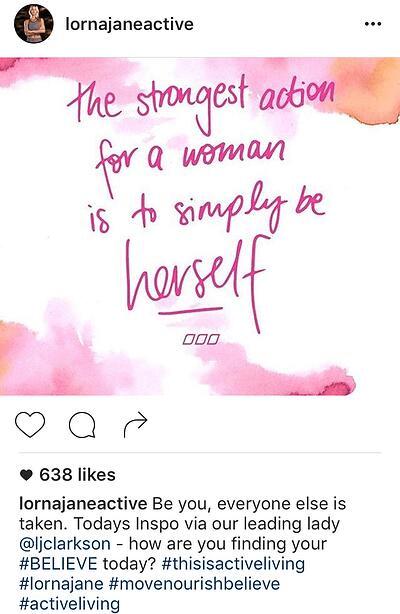 Ejemplo de pie de foto de Instagram inspirador con pregunta de Lorna Jane