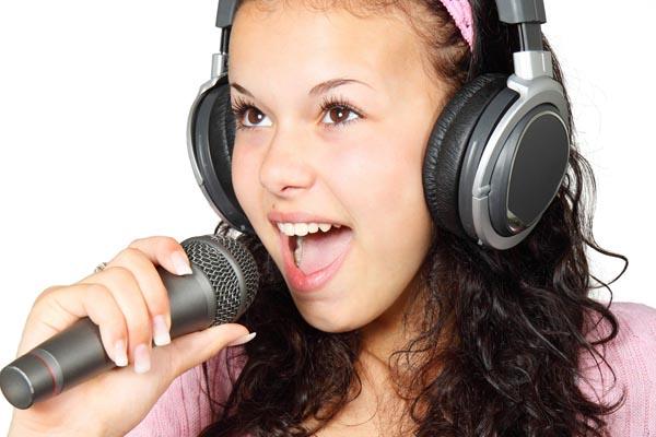 Dinámica navideña para empresas: karaoke