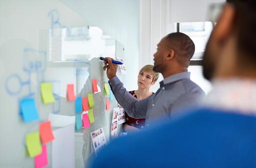 Qué es y cómo diseñar una estrategia operativa (con ejemplos)